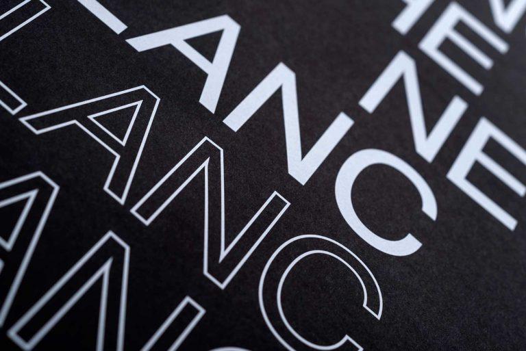 impresión en tienta blanca sobre negro