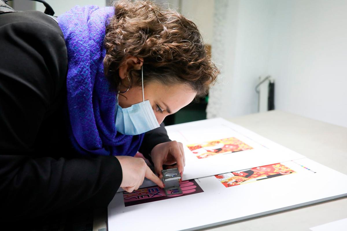Pilar Almenar revisando la publicación. Foto: Estrella Jover